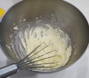 白っぽくなるまでバターと砂糖を混ぜる