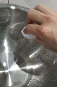 ホットクックの内鍋をメラニンスポンジでゴシゴシ洗っている