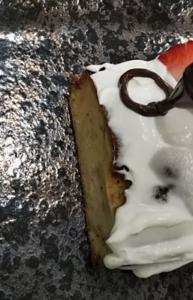 チョコペンで鯉のぼりケーキ鯉のぼりケーキの目を描く