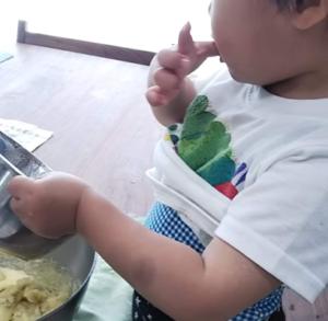 バナナをつまみ食いする2歳児