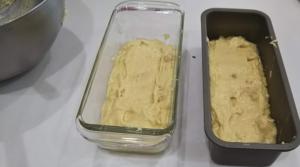 2個のパウンドケーキ型に生地を入れた