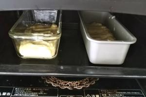 パウンドケーキ型を2個オーブンに入れる
