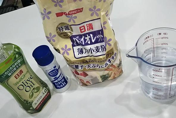 小麦ねんどの材料(小麦粉、水、塩、油)
