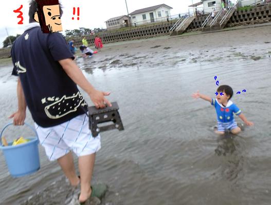 牛込海岸潮干狩り場で泣く子供