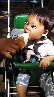 1歳で初めてアイスを食べる息子