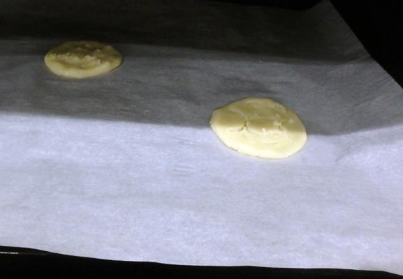 クッキーをオーブンで焼いている