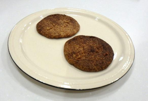 焦げたクッキーがお皿に乗っている