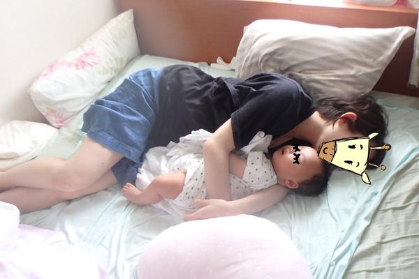 2ヶ月の赤ちゃんを抱いてママが寝ている写真