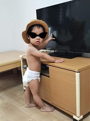 幼児とテレビの写真