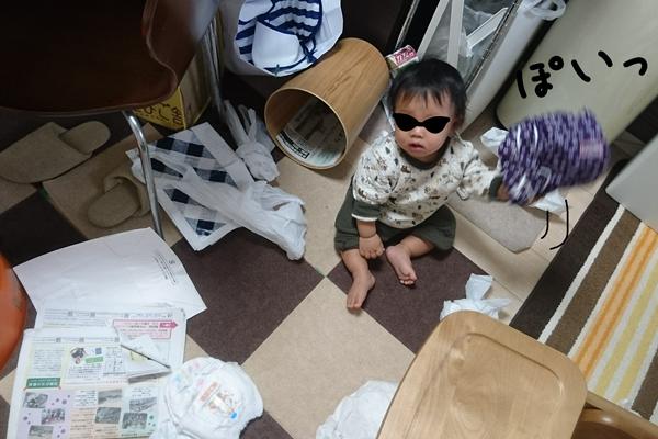部屋を散らかしている息子の写真