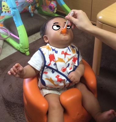 離乳食を食べている息子