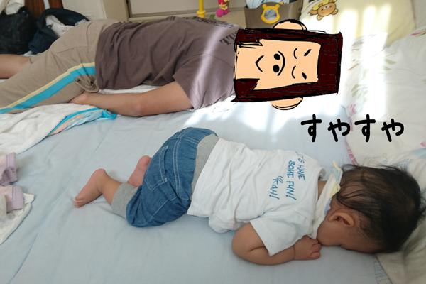 同じポーズで寝てるパパと赤ちゃん