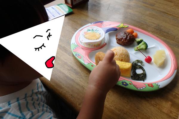 富士サファリパークでおこさまランチを楽しむ2歳児