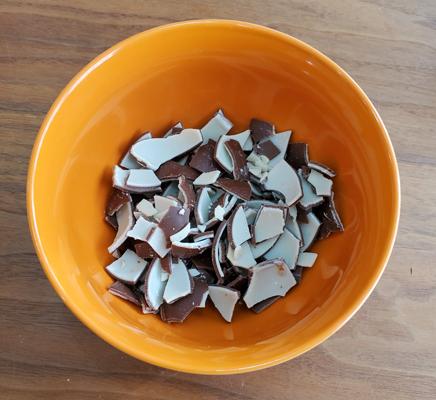 チョコエッグのチョコを細かくした写真