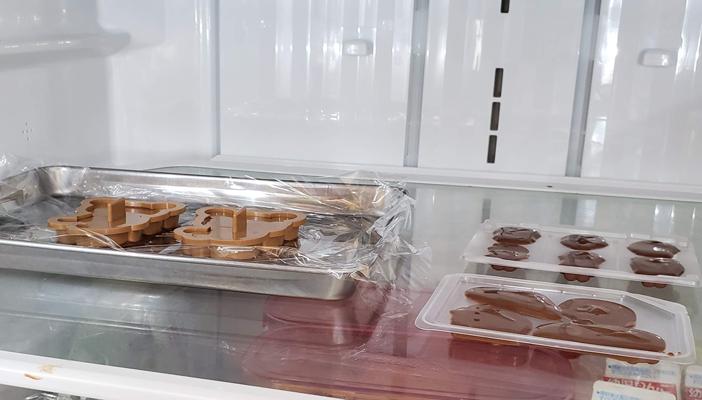 チョコエッグのチョコを溶かして型に入れて冷蔵庫で冷やしている