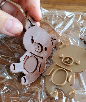 チョコエッグのチョコを溶かして型に入れてリラックマ型からとる様子