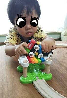 BRIO木製レールのレインボーブリッジで遊ぶ1歳の子供