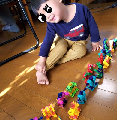 アルファベット トランスフォーマーロボットで遊ぶ2歳児