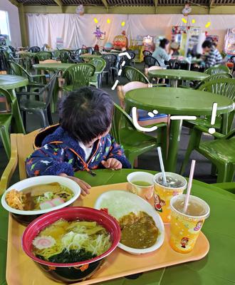 軽井沢おもちゃ王国でうどんを食べる2歳児