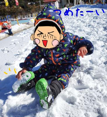 軽井沢おもちゃ王国で雪遊びをする2歳児