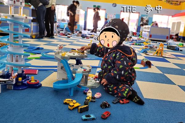 軽井沢おもちゃ王国のトミカプラレールランドで遊ぶ2歳児