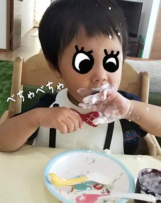 メイクマイデイのシリコンビブをつけてヨーグルトを食べる子ども
