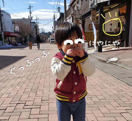 軽井沢銀座のアイスをニヤニヤ楽しむ子供