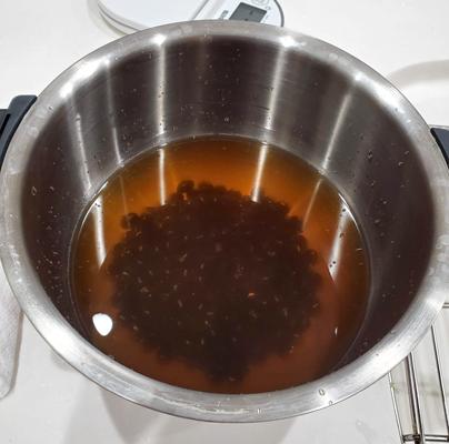 ホットクックに黒豆と材料を入れている
