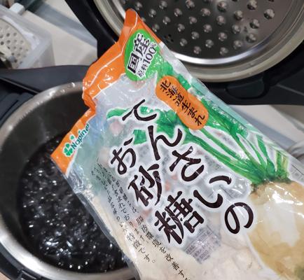 ホットクックで黒豆を作り途中で砂糖を追加している