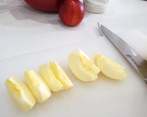 リンゴを8等分くし切りにしている所