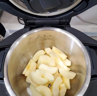 ホットクックに混ぜ技ユニットをセットして、リンゴと砂糖と水が入った内鍋をセットしている所