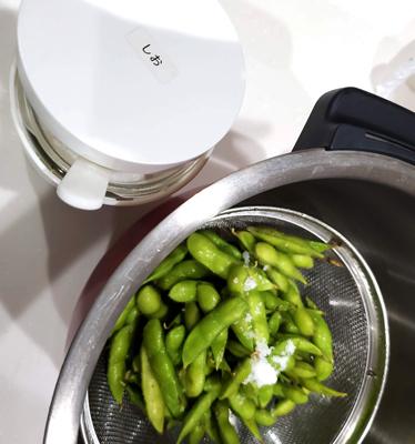 ホットクックに枝豆を入れて茹でる準備をしている写真