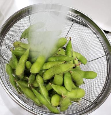 枝豆を水で洗っている写真