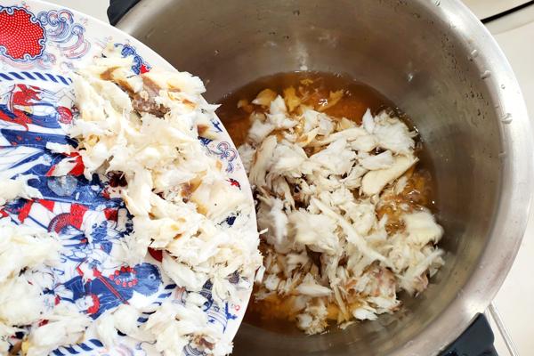 洗ったお米の上に残った鯛を入れている写真