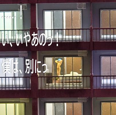 スモールワールズ「第3新東京市」にあるマンションにいる綾波レイ